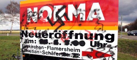 Euskirchen-Flamersheim: Mit schwarzer und roter Farbe sprühten die Täter Parolen und Hakenkreuze auf den Werbeanhänger