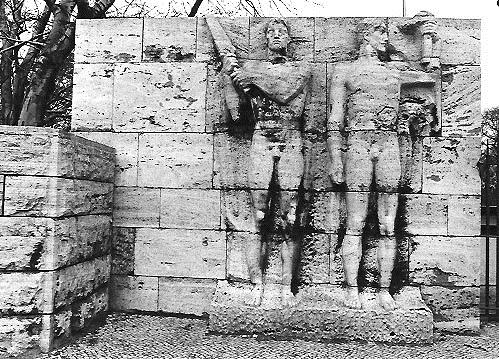 Wamper Relief  Heldenehrung am Eingangspfeiler der Freilichtbühne in Berlin